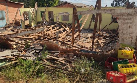 Moradores destroem pavilhão comunitário