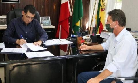 Administração de São José do Cedro entrega ordem de serviço de mais de R$ 1 milhão
