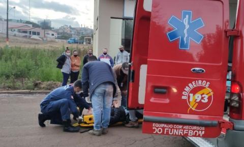 Motociclista fica ferido após colidir com cachorro