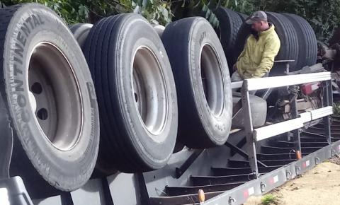 Caminhão tomba e perde carga de arroz