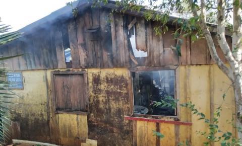 Casa é destruída por incêndio em Palma Sola