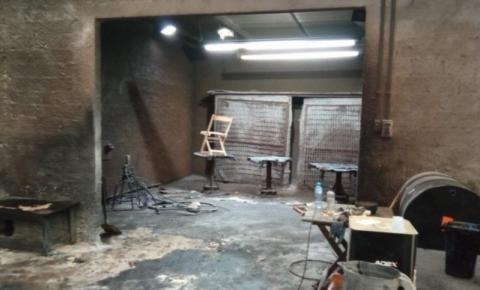 Homem tem corpo queimado durante incêndio em fábrica moveleira