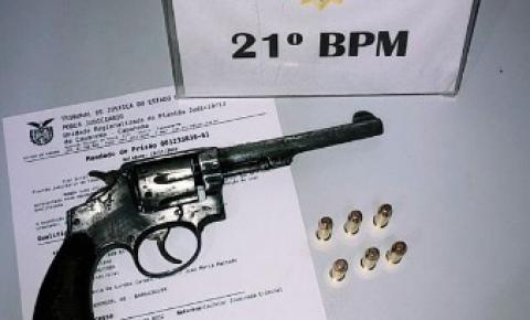 Homem é preso por homicídio e porte ilegal de arma