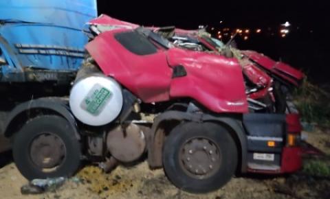 Motorista fica gravemente ferido após caminhão cair em ribanceira