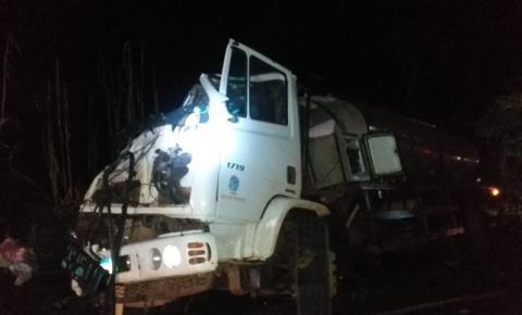 Caminhão leiteiro tomba na linha Prateleira