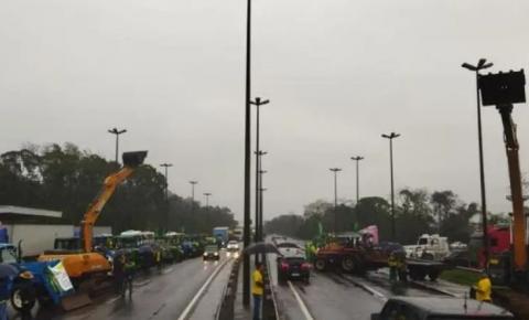 Caminhões bloqueando a rodovia estão sujeitos a multa de R$ 50 mil por dia