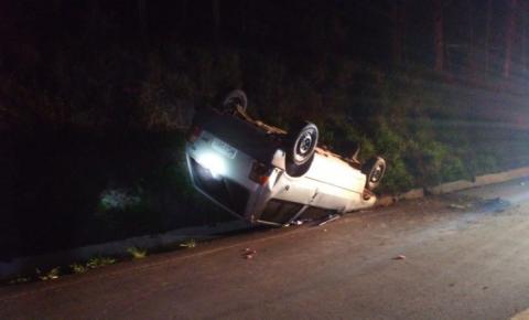 Carro capota na linha Gaúcha, condutor foge do local após acidente