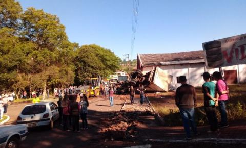 Caminhão tomba no centro de Salgado Filho