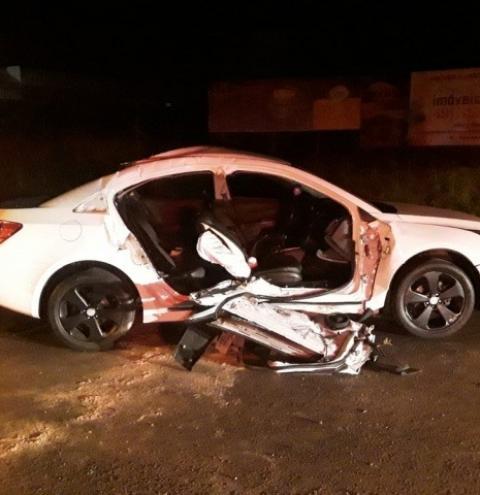 Criança morre após carro conduzido pelo irmão adolescente bater em caminhão em SC
